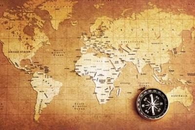 Παλιά πυξίδα  πάνω σε χάρτη θησαυρού